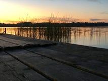 Gammal pir, solnedgång i floden royaltyfri fotografi