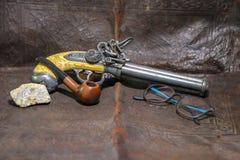 Gammal pistol på läder fotografering för bildbyråer