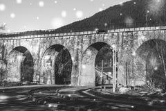 Gammal pittoresk järnvägsbro i de Carpathian bergen Östligt uttryck royaltyfria bilder