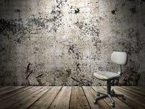 Gammal plast- stol för kontor i en grungeinre Arkivbild