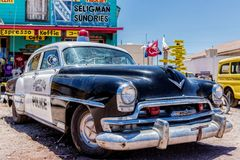 Gammal polisbil ind Seligman Arizona Arkivbilder