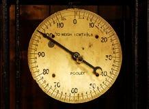 Gammal Pooley vägningsskala som visar 100 pund eller den korta hundredweighten Arkivbild