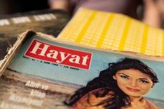 Gammal populär turkisk tidskrift`-Hayat ` i en loppmarknad arkivfoto