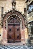 Gammal port i barock stil i Prague Arkivfoton