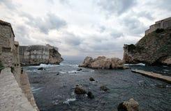 Gammal port Kolorina, med de två forten Bokar och det Lovrijenic anseendet som vaktposter som försvar av väggarna av Dubrovnik Royaltyfri Bild