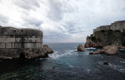 Gammal port Kolorina, med de två forten Bokar och det Lovrijenic anseendet som vaktposter som försvar av väggarna av Dubrovnik Royaltyfria Bilder
