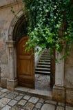 Gammal port med dörren och moment, Porec, Kroatien arkivbilder
