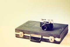 Gammal portfölj för tappning och gammal kamera retro filtrerad design Arkivbild
