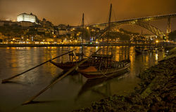 Gammal Porto för panorama flod Duoro, tappningport som transporterar fartyg, den gamla staden, staden av Gaia och berömda broPont Fotografering för Bildbyråer