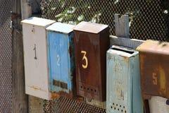 Gammal postbox på staketet royaltyfri foto