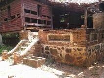 Gammal prästgård för kollaps i gammal thailändsk templein aftonen, Songkhla, Thailand Fotografering för Bildbyråer