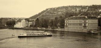 Gammal Prague, Vltava flod och Petrin kulle. Arkivfoton