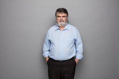 Gammal professor med grått hår fotografering för bildbyråer