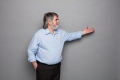 Gammal professor med grått hår arkivbilder