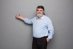 Gammal professor med grått hår royaltyfri foto