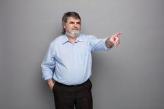 Gammal professor med grått hår arkivfoton