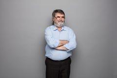 Gammal professor med grått hår arkivfoto