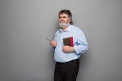 Gammal professor med grått hår arkivbild