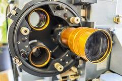 Gammal projektor för att visa filmer fotografering för bildbyråer