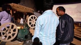 Gammal projektorvisningfilm på byn stock video