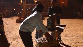 Gammal projektorvisningfilm på byn lager videofilmer