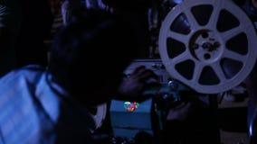 Gammal projektorvisningfilm på byn arkivfilmer
