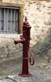 Gammal pump för rött vatten, Frankrike Royaltyfri Bild