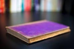 gammal purple för bok royaltyfri fotografi