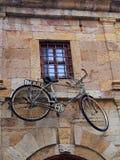 Gammal Pushcykel som monteras på byggnad, Xanthi Royaltyfri Foto