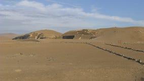 Gammal pyramid och öken i Bandurria, nord av Lima Arkivfoton