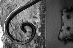 Gammal räcke på en trappuppgång Arkivbild