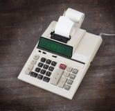 Gammal räknemaskin som visar en text fotografering för bildbyråer