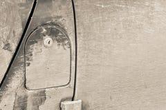 Gammal räkning av en bilbensinbehållare med låset royaltyfria foton