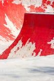 Gammal röd åka skridskor ramp med den halva rörstången Royaltyfri Fotografi