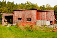 Gammal röd övergiven lantgård, Norge Arkivfoton