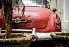 Gammal röd amerikansk bil Fotografering för Bildbyråer
