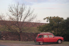 Gammal röd bil i Colonia del Sacramento Royaltyfri Foto