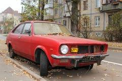 gammal röd bil i staden 3 royaltyfri bild