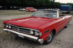 Gammal röd bil som är retro Arkivfoton
