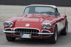 Gammal röd bil som är retro royaltyfri fotografi