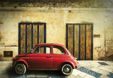 Gammal röd bilplats för tappning arkivfoto