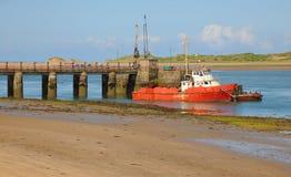 Gammal röd bogserbåt på breda flodmynningen Fotografering för Bildbyråer