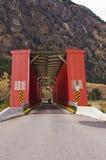 Gammal röd bro och motorcykel Arkivbild