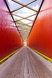Gammal röd bro och pryda Arkivfoto
