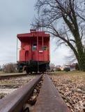 Gammal röd caboose med drevspåret Royaltyfria Bilder