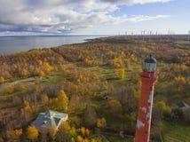 Gammal röd fyr i Paldiski, Estland som blir på en seacoast av Arkivbild
