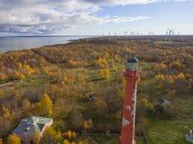Gammal röd fyr i Paldiski, Estland som blir på en seacoast av Royaltyfria Bilder