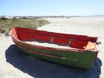 Gammal röd & grön fiskebåt på Fadervårstranden Royaltyfri Fotografi