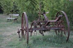 Gammal röd jordbruks- maskin arkivbild