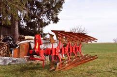 Gammal röd jordbruks- maskin med rost på den, lantlig lantgårdequipm fotografering för bildbyråer